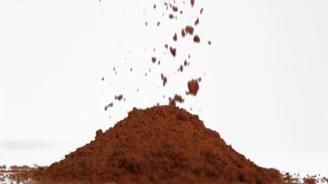 vidéos et rushes de slow motion of powder falling onto a heap - graine