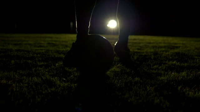 vídeos y material grabado en eventos de stock de slow motion of professional football player dribbling with ball. soccer training at night. - toma en travelling