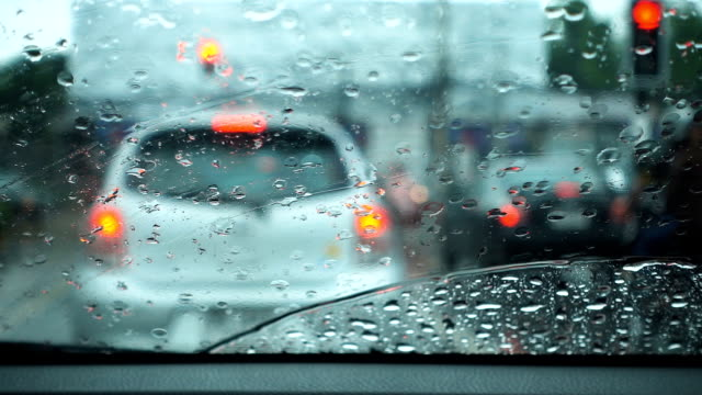 vídeos de stock e filmes b-roll de slow motion of rainy day view inside a car. - para brisas