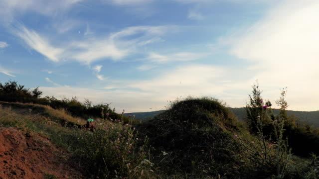 Slow motion d'habile homme à vélo de montagne faisant backflip contre le ciel au coucher du soleil.