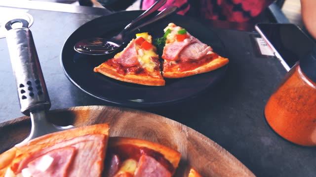 Slow-motion van plak van pizza