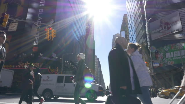 slow motion of sunligt, people walking and traffic in new york city - selbstvertrauen stock-videos und b-roll-filmmaterial