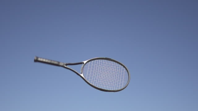 vídeos de stock e filmes b-roll de slow motion of tossing tennis racket - raqueta