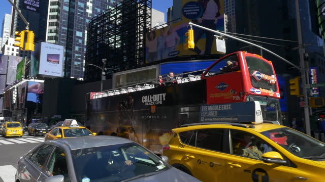 stockvideo's en b-roll-footage met slow motion of tourists on board tour bus in times square - dubbeldekker bus