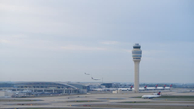 vídeos de stock, filmes e b-roll de slow motion of two plans landing at the atlanta international airport at the same time - torre de controle de tráfego aéreo