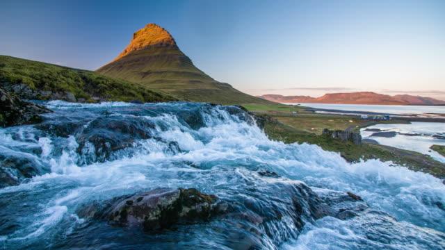 vídeos y material grabado en eventos de stock de cámara lenta de cascada en las montañas de islandia kirkjufell - volcán extinguido