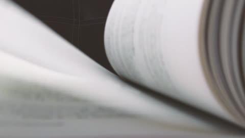 vídeos y material grabado en eventos de stock de movimiento lento de páginas de libros blancos girando. - hoja