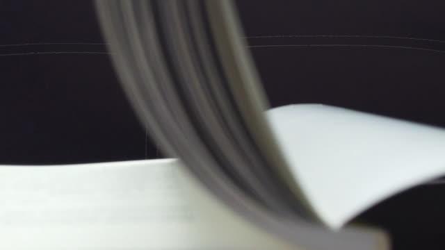 stockvideo's en b-roll-footage met slow motion van witte boeken pagina's draaien. - wet