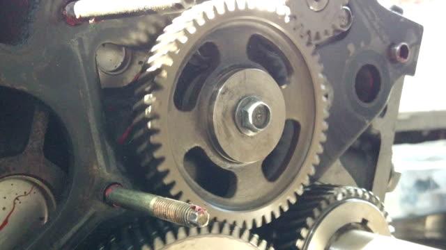 slow motion vecchio ingranaggio motore in movimento - catena video stock e b–roll