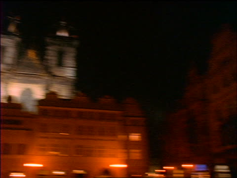 slow motion pan old town square + tyn church at night / prague, czech republic - altstädter ring stock-videos und b-roll-filmmaterial