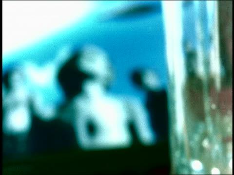 vídeos de stock, filmes e b-roll de slow motion overexposed close up hand of man handing visa credit card to woman - superexposto