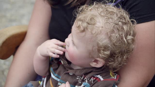 vídeos de stock, filmes e b-roll de slow motion pan of young boy and down his legs. - vida de bebê