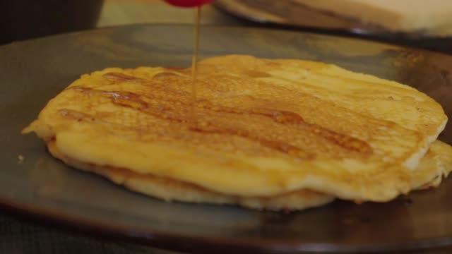 vídeos y material grabado en eventos de stock de slow motion: pancakes receive a second dose of syrup - hispaniola
