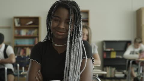 vídeos y material grabado en eventos de stock de slow motion panning shot of portrait of smiling girl in school classroom / provo, utah, united states - chica adolescente