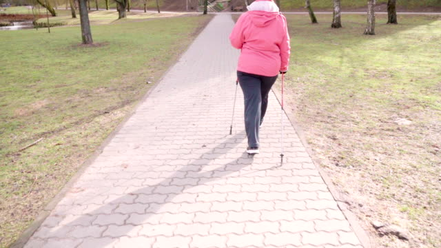 Slow motion: Park Nordic Walking