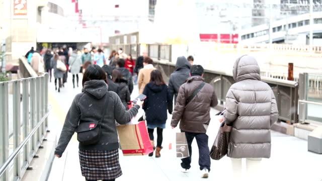 vídeos de stock, filmes e b-roll de hd câmera lenta: de pedestres commuter multidão caminhada na estação de osaka - estação