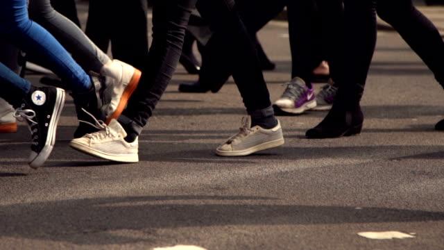 vídeos de stock e filmes b-roll de slow motion: pedestrian crosswalk - sapato