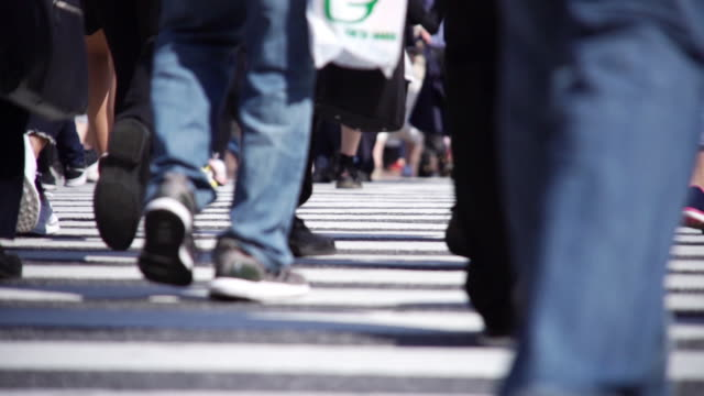 vídeos de stock e filmes b-roll de slow motion : pedestrians crossing in tokyo ,japan. - passos