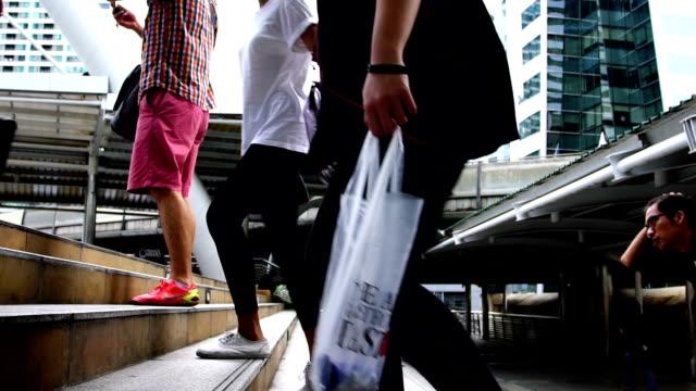 Zeitlupe: Menschen zu Fuß auf dem Gehweg