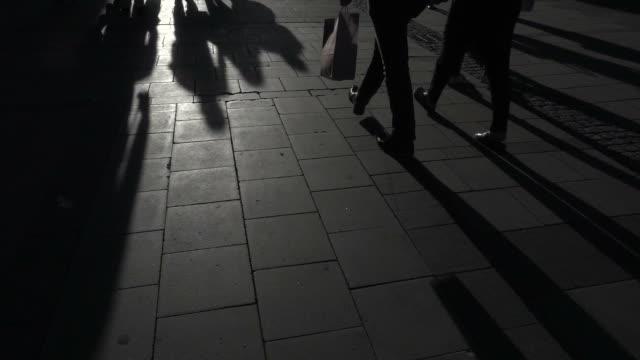 vídeos y material grabado en eventos de stock de gente lenta caminando - paso largo