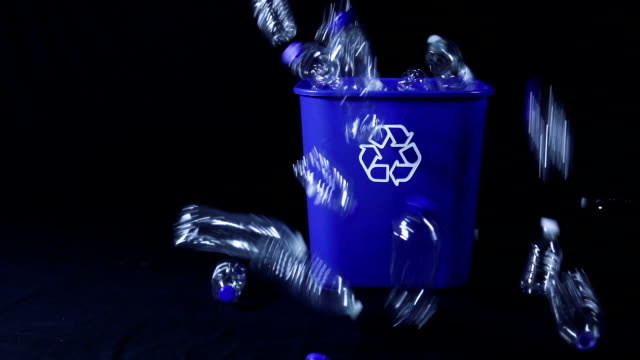 vídeos de stock e filmes b-roll de slow motion plastic bottles being dumped in bin - lixeira