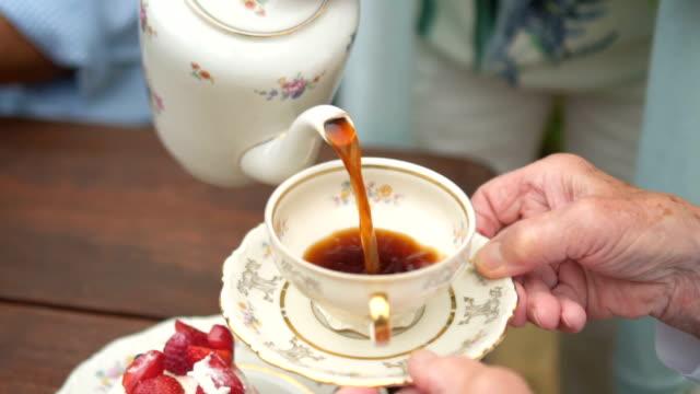 Câmera lenta: derramando café em xícara