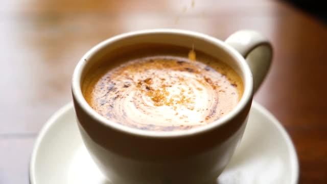 vídeos y material grabado en eventos de stock de cámara lenta verter azúcar en una taza de café caliente - azúcar