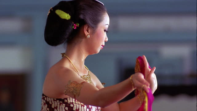 vídeos de stock, filmes e b-roll de slow motion ms profile asian woman in costume dancing / surakarta palace / solo, java, indonesia - só uma mulher de idade mediana
