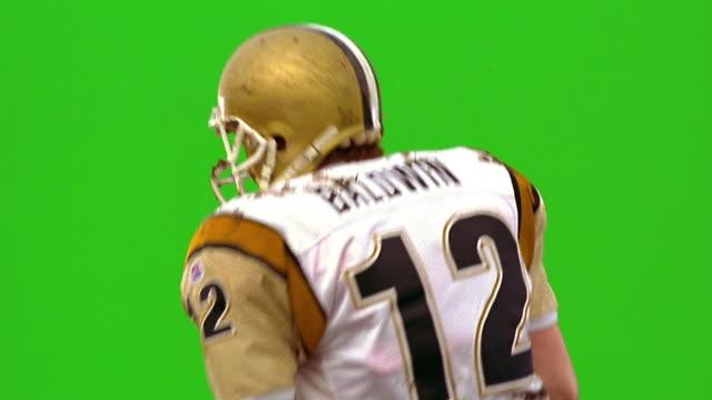 chroma key slow motion ms quarterback throwing football, punching fist in air + pointing / green background - クオーターバック点の映像素材/bロール
