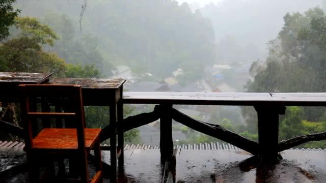 Slowmotion, regenachtige dag scène
