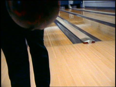 vídeos y material grabado en eventos de stock de slow motion rear view close up man in formalwear bowling in bowling alley - bola de bolos