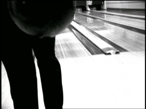 vídeos y material grabado en eventos de stock de b/w slow motion rear view close up man in formalwear bowling in bowling alley - bola de bolos