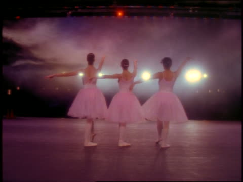 vidéos et rushes de slow motion rearview of 3 ballerinas dancing on stage - danseuse classique