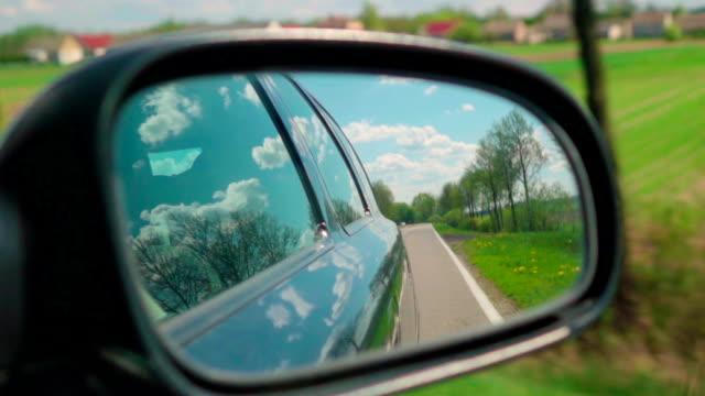 Zeitlupe : Straße auf einer Seite Spiegel