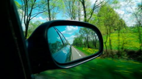 vidéos et rushes de au ralenti : route sur un miroir latéral - voiture particulière