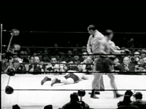 vídeos y material grabado en eventos de stock de b/w 1948 slow motion rocky graziano falling in boxing match with tony zale / rupert stadium newark - oficial deportivo
