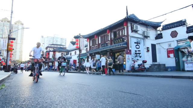 vidéos et rushes de slow motion scenics of traffic and people on a shanghai street - shanghai