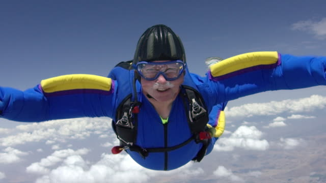 slow motion - senior skydiver exhilarated in free fall - sport estremo video stock e b–roll