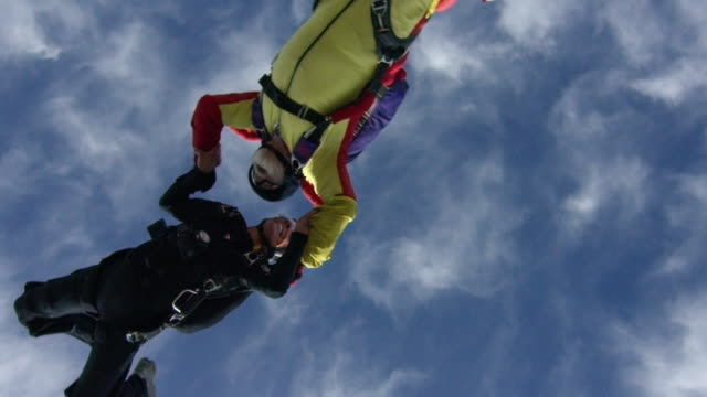 vídeos de stock e filmes b-roll de slow motion - senior skydivers turning together - óculos de proteção