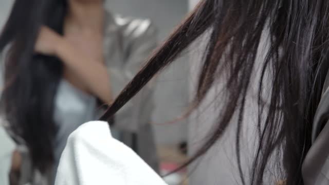 4k slow motion sexy mädchen mit einem handtuch, um das haar nach dem waschen der haare zu wischen - handtuch stock-videos und b-roll-filmmaterial
