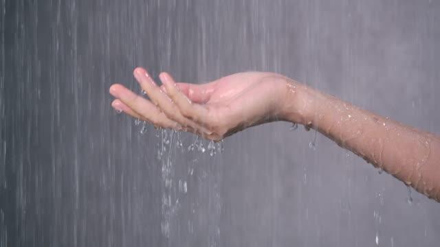vídeos y material grabado en eventos de stock de 4k cámara lenta está usando sus manos para regar abrir desde la ducha - ducha