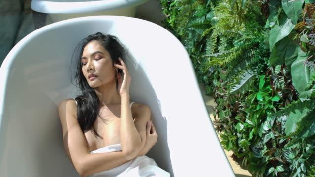 4k zeitlupe sie wollte in der badewanne duschen. - domestic bathroom stock-videos und b-roll-filmmaterial