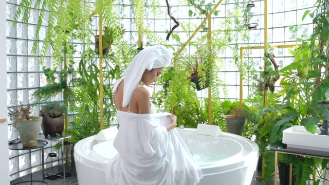 4k zeitlupe sie wollte duschen. - domestic bathroom stock-videos und b-roll-filmmaterial