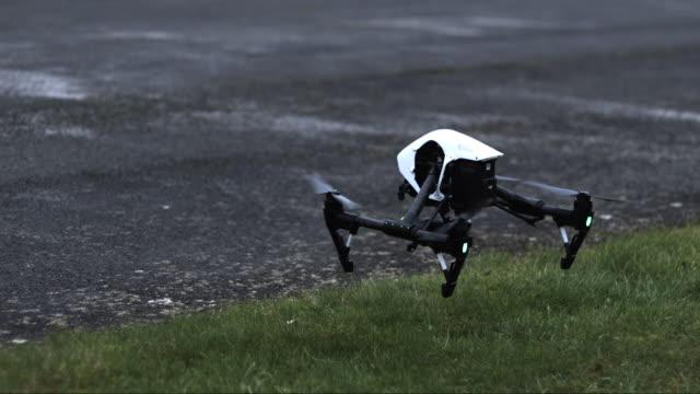 vídeos de stock, filmes e b-roll de slow motion shot of a drone taking off. - hélice peça de máquina