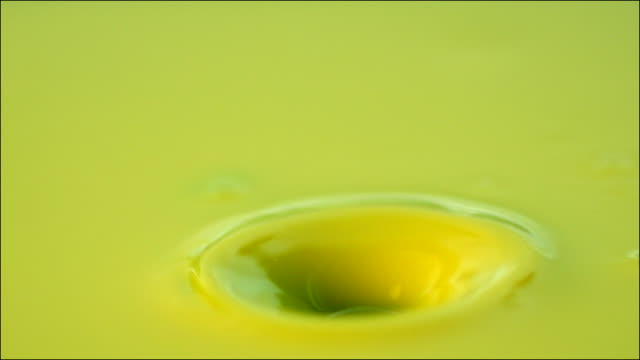 vídeos y material grabado en eventos de stock de slow motion shot of a droplet of yellow paint falling. - dorado color
