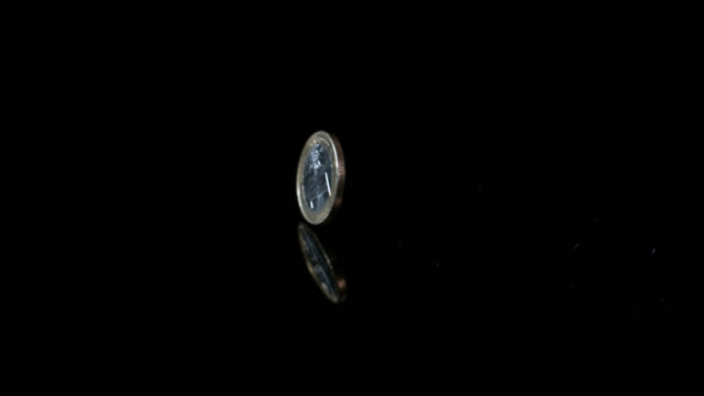 vídeos de stock, filmes e b-roll de slow motion shot of a one euro cent coin spinning on a reflective surface. - moeda