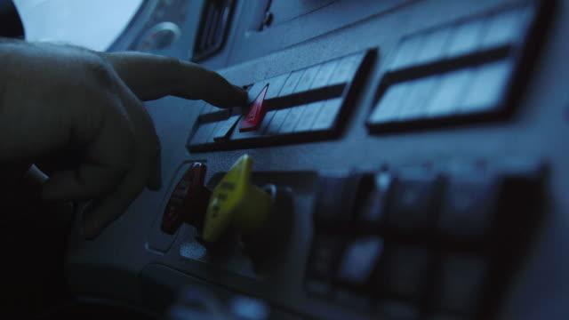 vídeos y material grabado en eventos de stock de disparo a cámara lenta de una persona presionando botones en el tablero de un semi-camión - camión articulado
