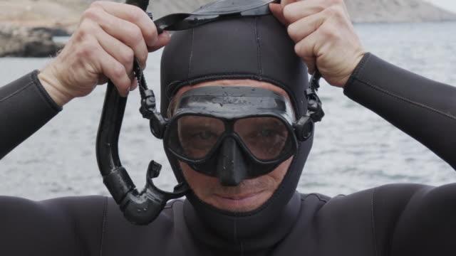 vidéos et rushes de tir au ralenti d'un plongeur mettant sur un masque - plongée sous marine autonome