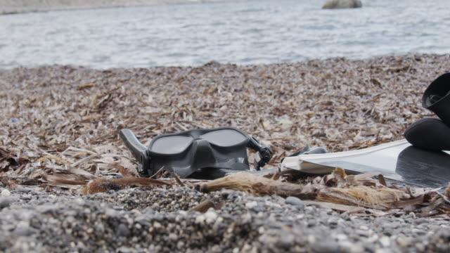 vídeos y material grabado en eventos de stock de disparo a cámara lenta de una máscara de buceadores cerca del océano - escafandra autónoma