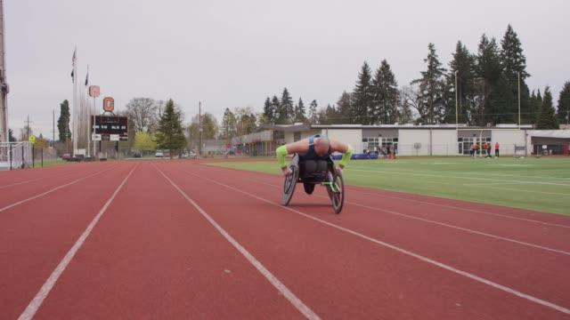 Slow-Motion Schuss einer adaptiven Athlet-Schulung